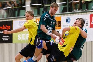 Rimbo HK:S Endrit Abdullahi i kamp med Önnered i elitseriens bottenfinal i söndags.