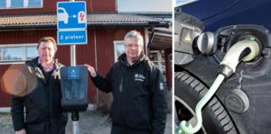 Ingemar Hellström och Jan Bergman vid den nya laddstationen i Hagge. Kommunens ytterområden är först ut med att få nya stolpar monterade.