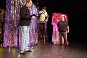 Kommunalarbetarna (Peter Hellman och Tomas Winter) försöker hitta varför det luktar skit när inspektören kommer. Inspektören (spelad av Mats Andersson) vill se över säkerheten på arbetsplatsen.