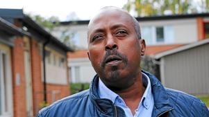 – Jag har fått göra på samma sätt för att kunna betala Skatteverket – jag har bett andra om lån utan ränta, säger Yusuf Abdow, socialdemokratisk kommunpolitiker i Örebro.