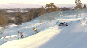 Viktor Andersson, till höger, landar på Zangerl efter en rulle och kraschade hårt. Bild: Skämrdump/SVT