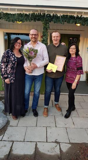 Många glada miner syntes på företagarfesten i Säter. Jane Näslund, Lars  Nygren, Philip Östberg och Kerstin Styhr  kunde fira att Lasses Lek, Spel & Tobak tog hem ett av priserna.Foto: Amanda Östberg