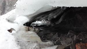 En smal isbygga är allt som återstår innan Helagsglaciären delas i två mindre delar med spridda små isfläckar runt om. – Frågan är om man ens kan kalla det för en glaciär längre, säger Thorsten Handler.