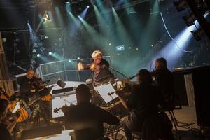 Dalasinfoniettan har släppt orkesterdiket för en balkong ovan scenen.