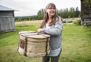 Anette Sundström ropade in föremålet på en auktion för 30 år sedan. Nu vill hon ha hjälp med att datera det och gärna veta vad det har använts till.