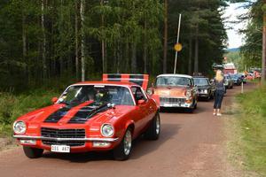 En Chevrolet Camaro från 1973 rullar stillsamt framåt.