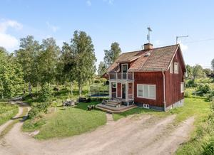 Tomten ligger i ett bostadsområde på Gåsholmen med närheten till natur. Foto: Husfoto.