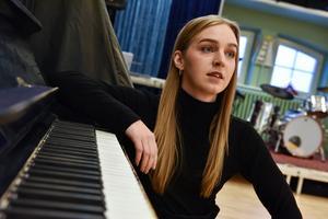 Anna minns att första gången hon fick smak på det som senare skulle bli hennes yrke, musikalartist, var i Orsa ungdomskör.