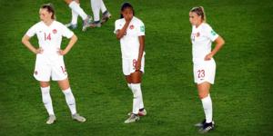 Jenna Hellstrom, till höger, efter att Kanada har blivit utslaget av Sverige i åttondelsfinal i VM. Foto: AP Photo/Michel Euler