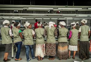 Fabriksarbetare i en textilfabrik utanför Addis Abeba. Foto: Yvonne Åsell / SvD / TT