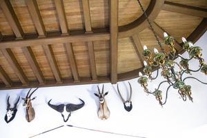 Det detaljrika trätaket har bevarats, liksom några djurhuvuden från den tidigare hyresgästen.