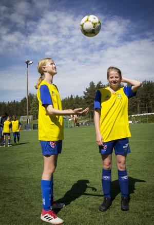 Maja Burman, 11, och Minna Larsson, 12, går sitt sista år på fotbollsskolan.