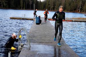 Ett tiotal deltagare i våtdräkter hoppade i och ur Ånnabosjön fem gånger under Ånnaboda swimrun. Allt för att stötta cancersjuka barn.