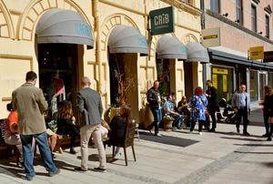 Solsidan i Sundsvall. Många valde att ta med sig sin italienska tallrik ut i vårsolen.