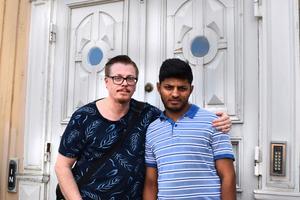 Per-Ola och Shano Eklund utanför Rådhuset där de gifte sig i januari i fjol.