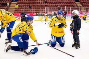 Fredrik Händemark, till höger, och Daniel Zaar skriver autografer på isen på måndagens träning inför Karjala Cup.