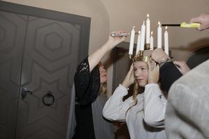 Karin Karlson som har tränat med luciagänget såg till att ljusen i Hannas krona tändes.