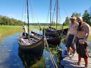 Vikingar i den gamla staden Birka på Björkö i Mälaren.