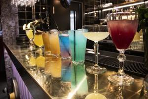 Provsmakning pågår av alkoholfria drinkar.