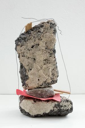 Sten, ståltråd och disktrasa. Jakob Ojanen försöker fånga storstadens estetik i sina objekt.
