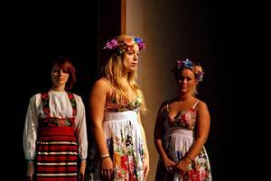 Anna gick på dans- och teaterprogrammen på gymnasiet i Mora för drygt tio år sedan. Här ser man henne i samband med en pjäs som skulle spelas upp för elever i Grekland. Därefter har hon utbildad sig på folkhögskolor samt på Balettakademien i Göteborg.