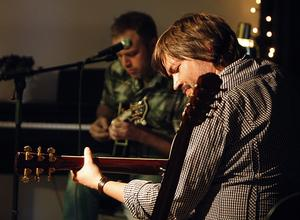 Daniel Ek, folkmusiker och gitarrist, kommer loss tillsammans med Erik Igelström, mandolin, på almamia Lilla Scen 2012.