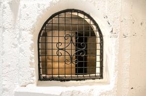 Betongcisternen var det enda som var kvar efter branden. Den är nu renoverad och genom små fönster kan man kika in.
