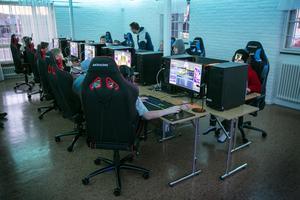 Så fort invigningsceremonin var över var stolarna fyllda av ungdomar som ville testa de nya datorerna.