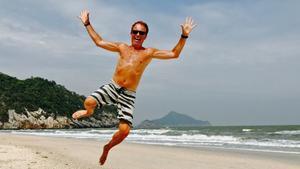 """Det här """"strandhoppet"""" togs när Jörgen var platschef på Springtimes Training Camp i Thailand. Bild: Privat"""