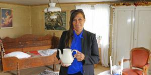 Soffan och skåpet fanns i huset och liksom ramar in Agnetha Karlssons loppis.