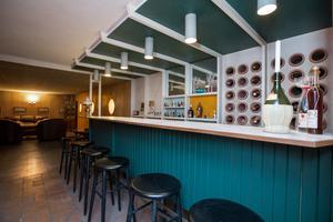 I gillestugan finns en bar i original som också visar de färger som kompletterar mycket av inredningen i järn och ek -grönt och blått.