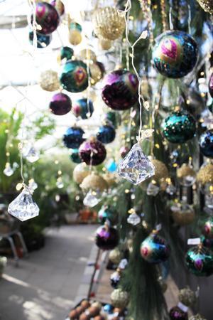 Andlighet är också på tapeten så varför inte dekorera granen med kristaller?