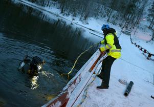 Jonas Bosell samt dykaren Hjalmar Odenstig genomför en första kontroll av pontonerna.