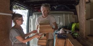 Sue och Mick Whitehead från Derbyshire i England ser båda fram emot antik- och samlarmässan i Arboga på lördag. Lastbilen är både verkstad och transportfordon när antikviteterna nu görs redo.