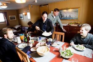 Matros Christine Lundborg har lagat veckans vegetariska, bandpasta med spenat.