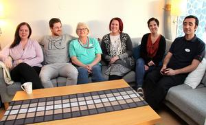 I östra hemtjänstdistriktets nya lokaler finns nu även plats för en myssoffa. På bilden: Veronika Wiegandt, Fredrik Weinberg, Marika Nygren Nilsson, Helen Wigander, Jenny Rosell och Idris Sekersöz.