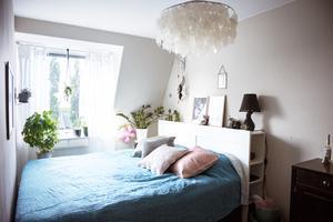 Sovrummet är Lindas favoritrum, här har hon skapat en plats där hon hittar lugn och harmoni.