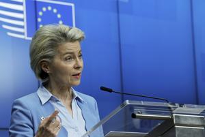 Europa kommissionens president Ursula von der Leyen under en presskonferens innan EU-mötet i Bryssel den 25 maj. Foto: Olivier Matthys/AP/TT