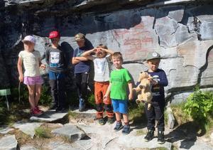 Ett besök till hällmålningarna var en programpunkt under lägerveckan. Foto:Laila Wilks.
