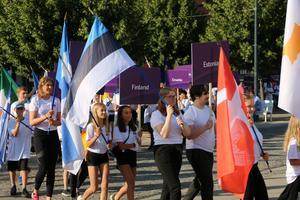 Ledet med flaggor och landsskyltar ringlade sig långt över Stortorget.