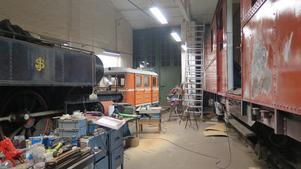 Den röda tågvagnen ska slipas och målas på utsidan.