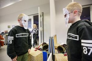 Christian Nykvist, 7 år, med en skelettmask.