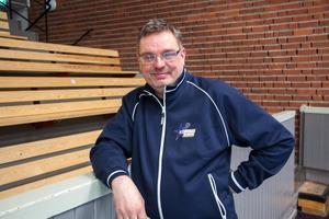 Jocke Sjöberg beskriver sig själv som halvgalen från läktarplats. Men att det är lättare att sitta med på bänken.