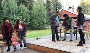 Coola tjejerna Margareta (Bianca Davidsson) och Helen (Emma Rehnvall) tittar undrande när berusade Edmund (Mikael Forslin) närmar sig sonen Peter (DAvid Tomeh) och punktjejen Madelene (Ann-Marie Lindblom):, i Finnskogsteaterns pjäs