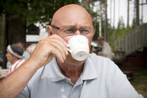 Kaffeslurk. Arne Nordström, vice ordförande i PRO Järbo, konstaterade att det precis som alltid var vackert väder på kaffekalaset.