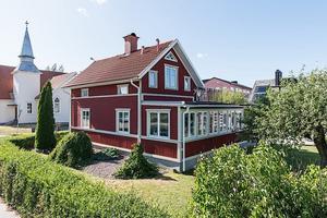 Huset i centrala Kumla byggt 1912 och renoverat och tillbyggt på senare år.