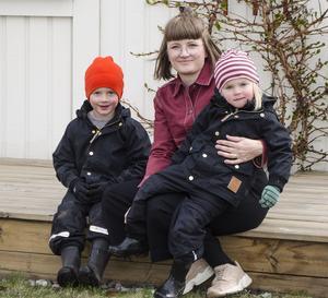 Josefine Alpen med barnen Otto, 5 år och Minus, 3 år.