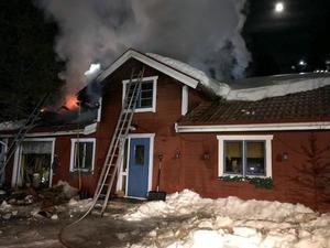 Det var grannarna som larmade om branden, allt tyder på att det började brinna inne i huset.Foto: Räddningstjänsten