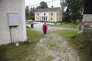 """Stina Stenberg kommer att sakna herrgården med den rogivande miljön. Men nu har hon och sambon Ingvar bestämt sig för att flytta till en lägenhet i stan – den dagen som de känner att de fått tag i """"rätt"""" köpare av herrgårdsfastigheten."""