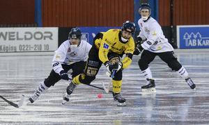 KIS lagkapten Dennis Svensson var en av hemmalagets bästa spelare i premiären. Foto: Stefan Lindgren